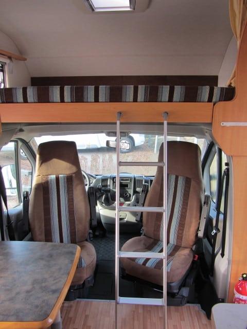 LMC 661 G alkoof met ladder en cabinestoelen