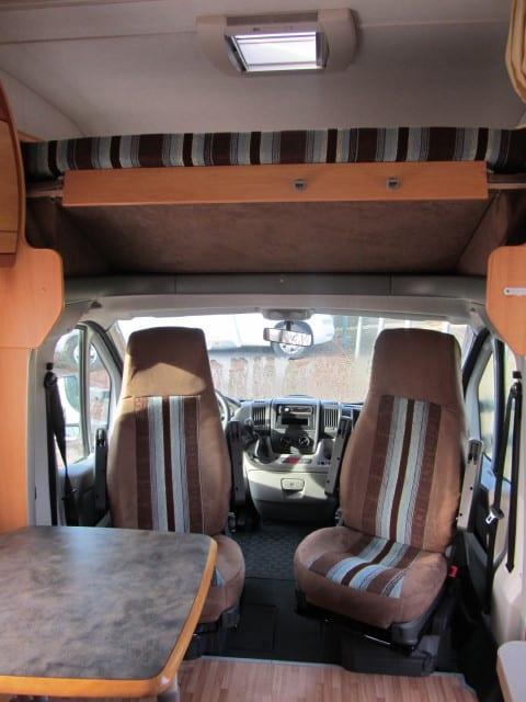 LMC 661 G opgeklapt alkoofbed en cabinestoelen