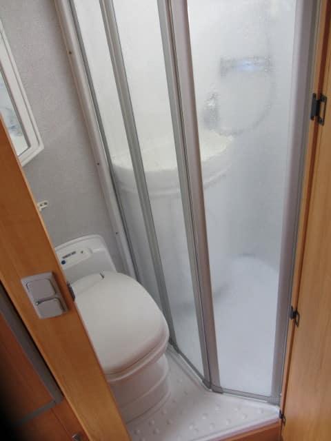 LMC 698 G douche afgesloten met paneeldeur en wc