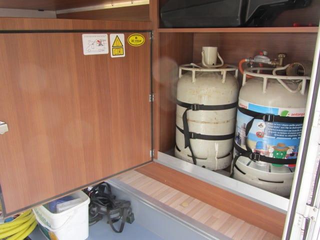 LMC 694 G Fiat gaskoffer met flessen